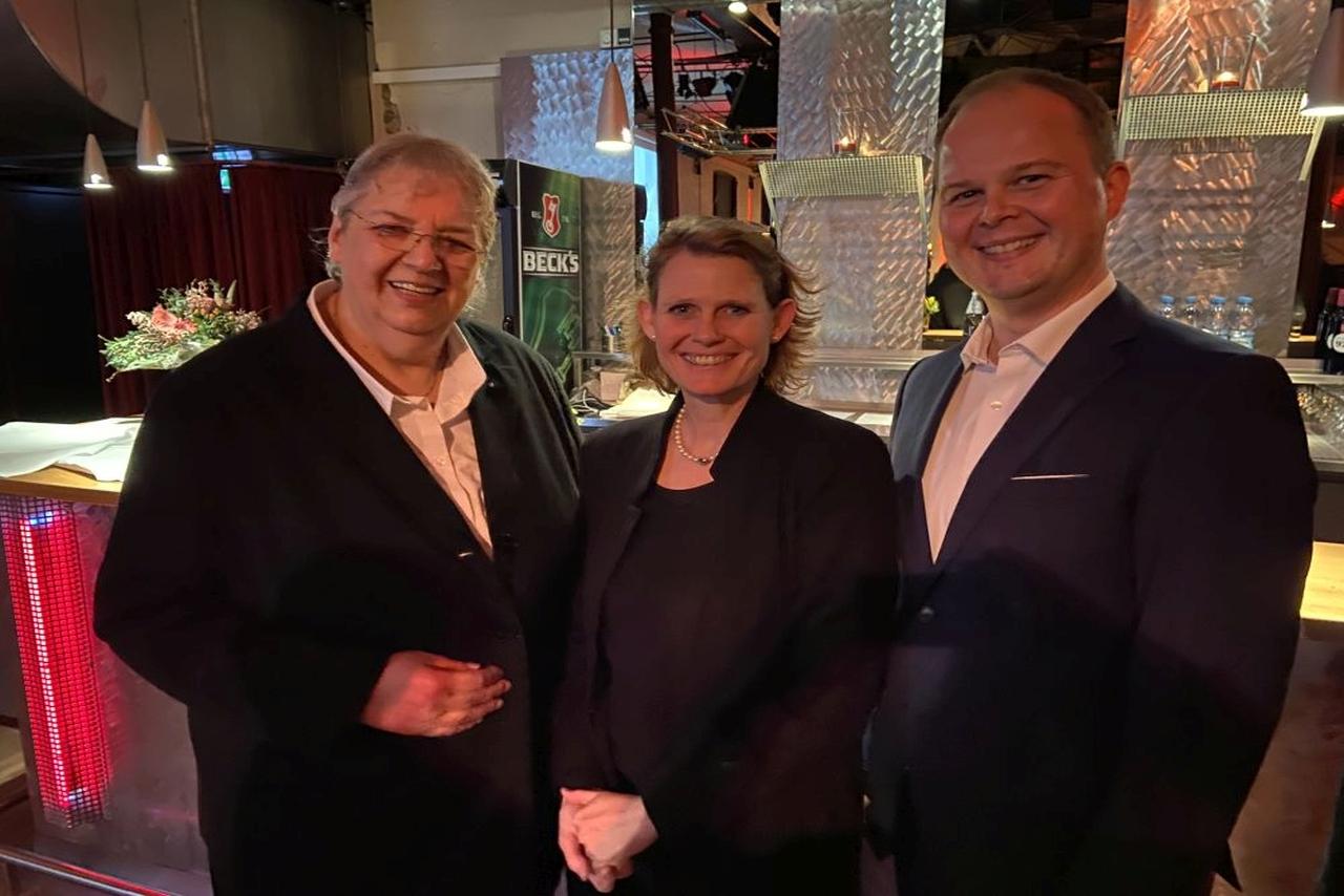 Beate Leibniz, Leiterin BVMW Kreisverband OWL Nord, mit Judith Pirscher, Regierungspräsidentin des Regierungsbezirks Detmold und Nico Lüdemann, bluecue consulting, beim Jahresempfang 2020 des BVMW