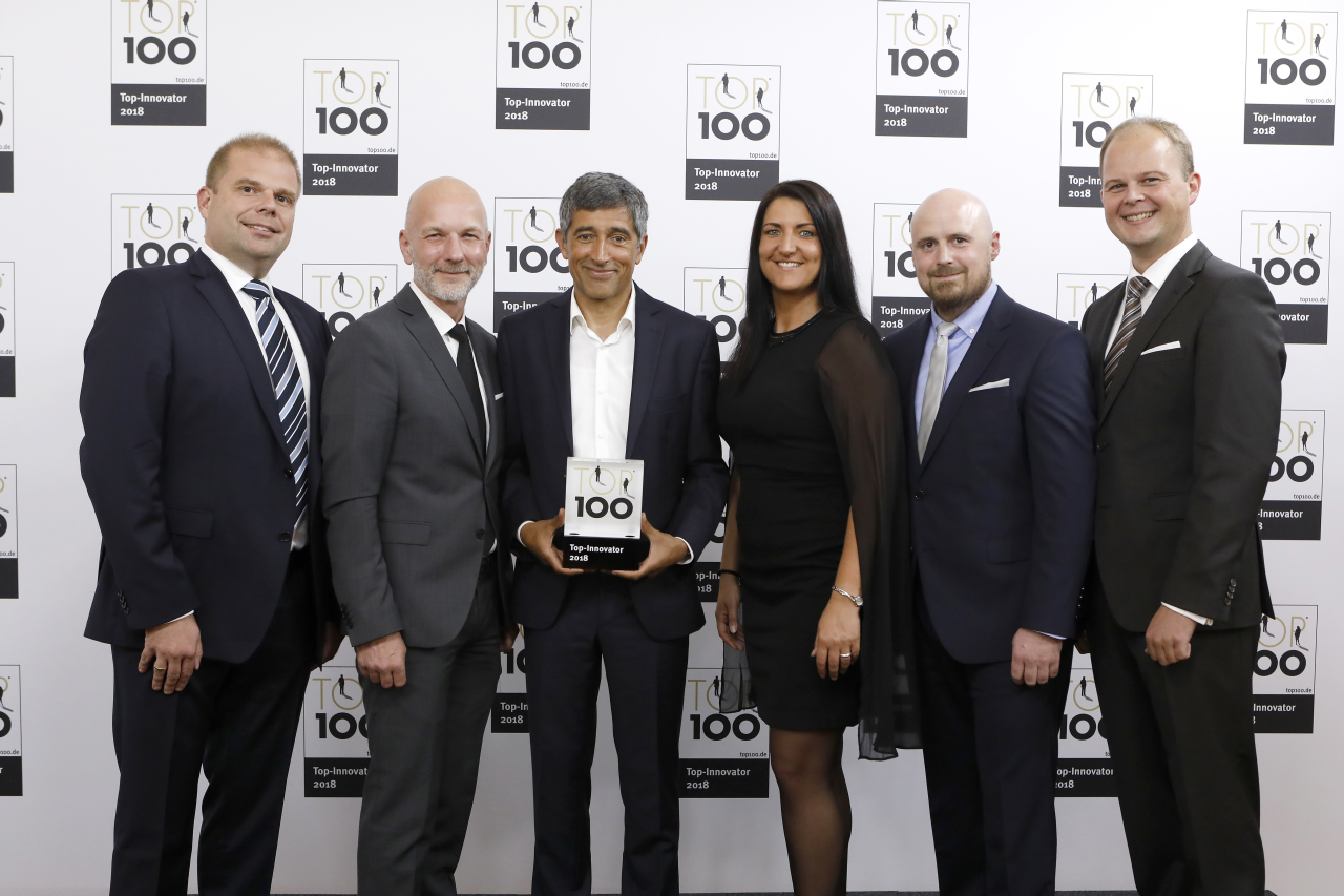 Ranga Yogeshwar übergibt die Auszeichnung TOP 100 an Ralf Walkenhorst, Christian Meetz, Inga Knoche, Torben Volkmann und Nico Lüdemann von bluecue consulting